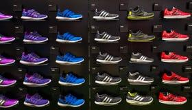 Loja interna de Adidas em Siam Paragon Shopping Mall em Banguecoque, Tailândia foto de stock