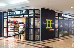 Loja inversa na alameda de Suria KLCC, Kuala Lumpur imagens de stock