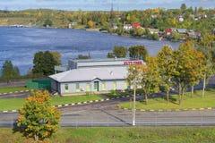A loja isenta de direitos aduaneiros na passagem fronteiriça do ponto de verificação Ivangorod Região de Leninegrado Foto de Stock