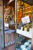 Loja italiana do queijo Imagens de Stock