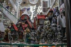 Loja-janelas decoradas pelo Natal e o ano novo foto de stock royalty free