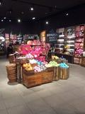 Loja luxúria no europeu do shopping em Moscou fotos de stock
