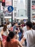 Loja não identificada dos povos na arcada da compra de Shinsaibashi Imagens de Stock