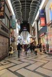 Loja não identificada dos povos na arcada da compra de Shinsaibashi Fotografia de Stock Royalty Free