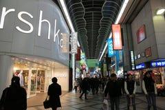 Loja não identificada dos povos na arcada da compra de Shinsaibashi Fotos de Stock Royalty Free
