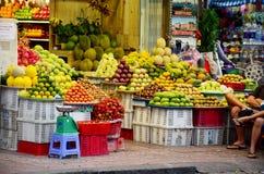 Loja ou greengrocery do fruto na rua para a venda Fotografia de Stock