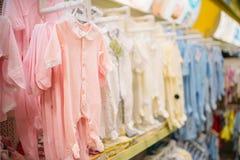 Loja para os neonatos, slideres no departamento de pano imagens de stock