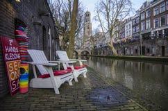 Loja pequena ao lado da parte dianteira do rio apenas ao lado do thewater Foto de Stock