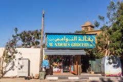 Loja pequena e mesquita modesta Fotos de Stock