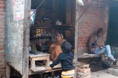 Loja pequena indiana do chá no ghat na manhã nevoenta fria do inverno varanasi Imagens de Stock Royalty Free
