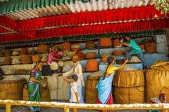 Loja que vende doces indianos, museu da escultura, matemática de Kaneri, Kolhapur, Maharashtra Fotos de Stock Royalty Free
