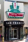 Loja San Francisco de Krispy Kreme com filhóses quentes agora imagens de stock