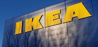 A loja sueco popular IKEA da mobília para a casa imagens de stock
