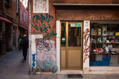 Loja Venetian do backstreet com grafittis Foto de Stock
