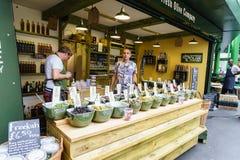 Loja verde-oliva no mercado da cidade, Londres foto de stock royalty free