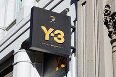 A loja Y-3 assina dentro a rua de Greene em New York foto de stock