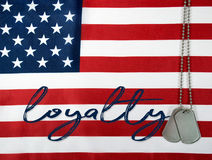 Lojalitet och hundetiketter på flagga Royaltyfri Bild