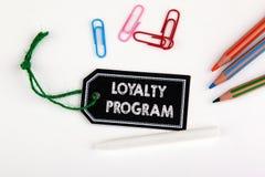 Lojalitetprogram Prislapp med rad på en vit bakgrund Royaltyfri Foto