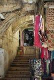 Lojas de lembrança que vendem bens tradicionais no Jerusalém, Israel imagem de stock