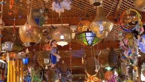 Lojas de lembranças egípcias para turistas no mercado velho da cidade na noite video estoque