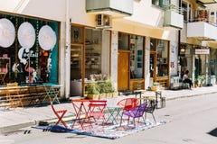 Lojas e exposições da janela em uma rua em Éstocolmo imagem de stock