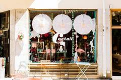 Lojas e exposições da janela em uma rua em Éstocolmo foto de stock royalty free