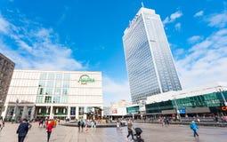Lojas e hotel em Alexanderplatz em Berlim Foto de Stock Royalty Free