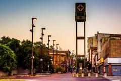 Lojas e sinal abandonados na alameda velha da cidade em Baltimore, Maryland fotos de stock