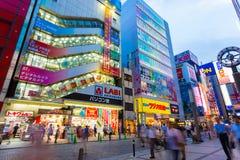 Lojas H angular da eletrônica da noite de Akihabara do Tóquio imagens de stock