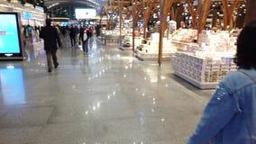 Lojas isentas de direitos aduaneiros do aeroporto de Istambul vídeos de arquivo