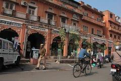 Lojas na estrada ocupada da feira de Jaipur foto de stock royalty free