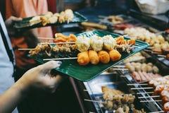 Lok-lok är en maträtt som består av olika friterade foods royaltyfria bilder