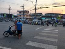 Lokaal dorp in het platteland van Thailand met straat en voertuigen en kruispunt Paknampran, Thailand 22 December, 2018 royalty-vrije stock afbeeldingen