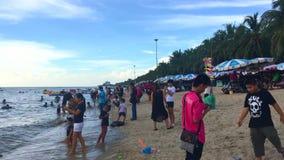 Lokaal en toeristen verzamelen zich bij het Klapsan Strand stock videobeelden