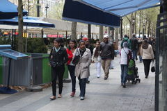 Lokaal en tourisrs op de Weg des Champs-elysees Stock Afbeeldingen