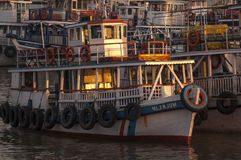 Lokaal geniet van mening van haven in Muscateldruif, Oman royalty-vrije stock foto's