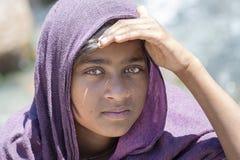 Lokaal jong meisje, in openlucht in Manali die geld van toeristen, India bedelen stock foto's