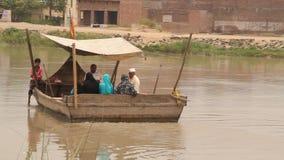Lokaal Kanaal die via Huurboot kruisen stock video