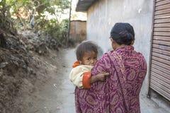 Lokaal kind dichtbij hun huizen op een slecht gebied van de stad Royalty-vrije Stock Fotografie