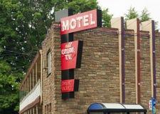 Lokaal Motelverhaal de stad in Twee die Reisaanpassingen onderbrengen stock fotografie