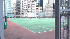 Lokaal spelen voetbal in Kowloon-het centrum van de parksport stock video