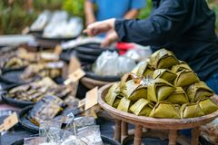 lokaal traditioneel Thais dessert; de maniokcake & stoomde bloem met kokosnoot het vullen, op de bamboeplaat, in Thaise taalmidde stock foto