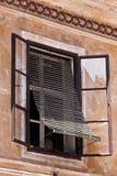 lokaen skuggniner det skofjaslovenia fönstret arkivbild