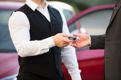 Lokaj Daje samochodu kluczowi biznesmen zdjęcie royalty free