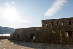 Lokal av fästningen under det halmtäckte taket under solen med skugga Royaltyfri Fotografi
