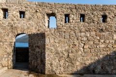 Lokal av fästningen under det halmtäckte taket under solen med skugga Royaltyfria Bilder