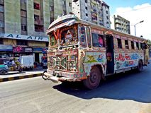 lokal buss i gatorna av Karachi, Pakistan arkivbild
