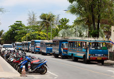 Lokal buss och mopeder i Phuket Thailand Royaltyfria Foton