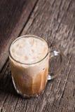 Lokal dryck för thailändskt häfte för med is te på träbakgrund Arkivbilder