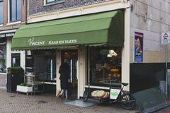Lokal, ein Käsegeschäft in im Stadtzentrum gelegenes Amsterdam betretend lizenzfreie stockfotografie